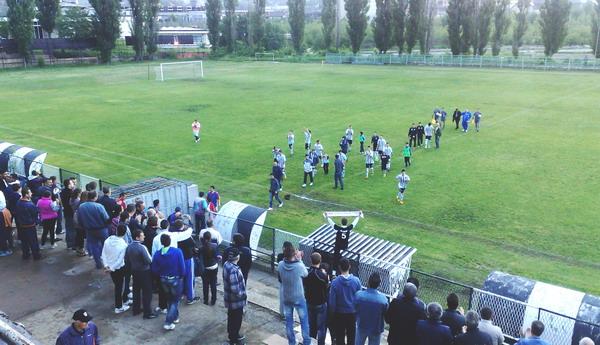 Borski fudbaleri pozdravljaju svoju vernu publiku *** Foto: D.Popaz