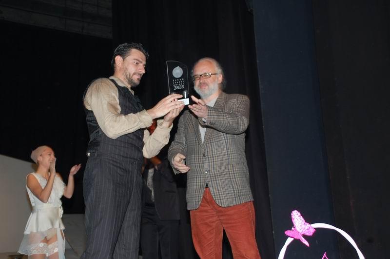 Zoranov brk Igoru Đorđeviću uručuje Zoran Đerić, predsednik žirija